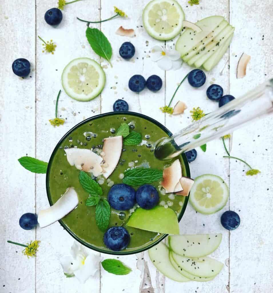 green spirulina healthy smoothie